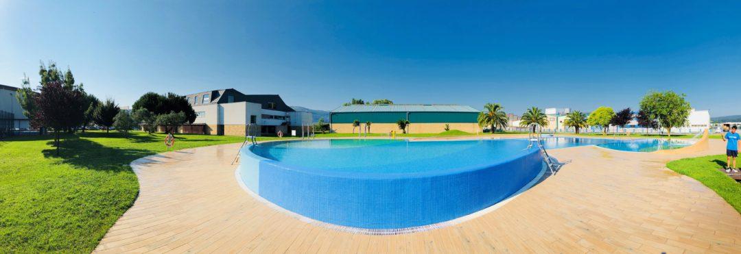 200 niños y niñas aprenden natación en la Piscina Municipal de Colindres