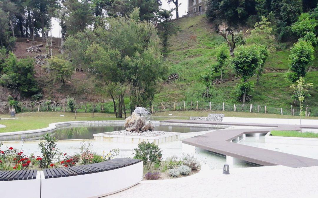 """Los vecinos de Colindres ya pueden disfrutar de un nuevo parque en el espacio conocido como """"la charca""""."""